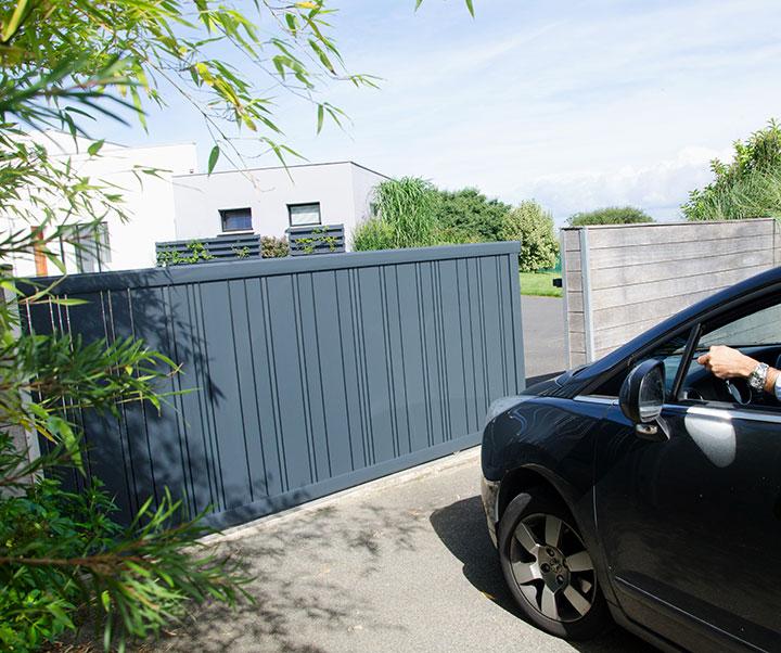 Le portail coulissant motorisé aluminium Célina par Kostum