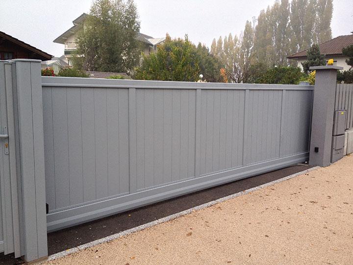 Le portail coulissant autoportant aluminium Eben par Kostum