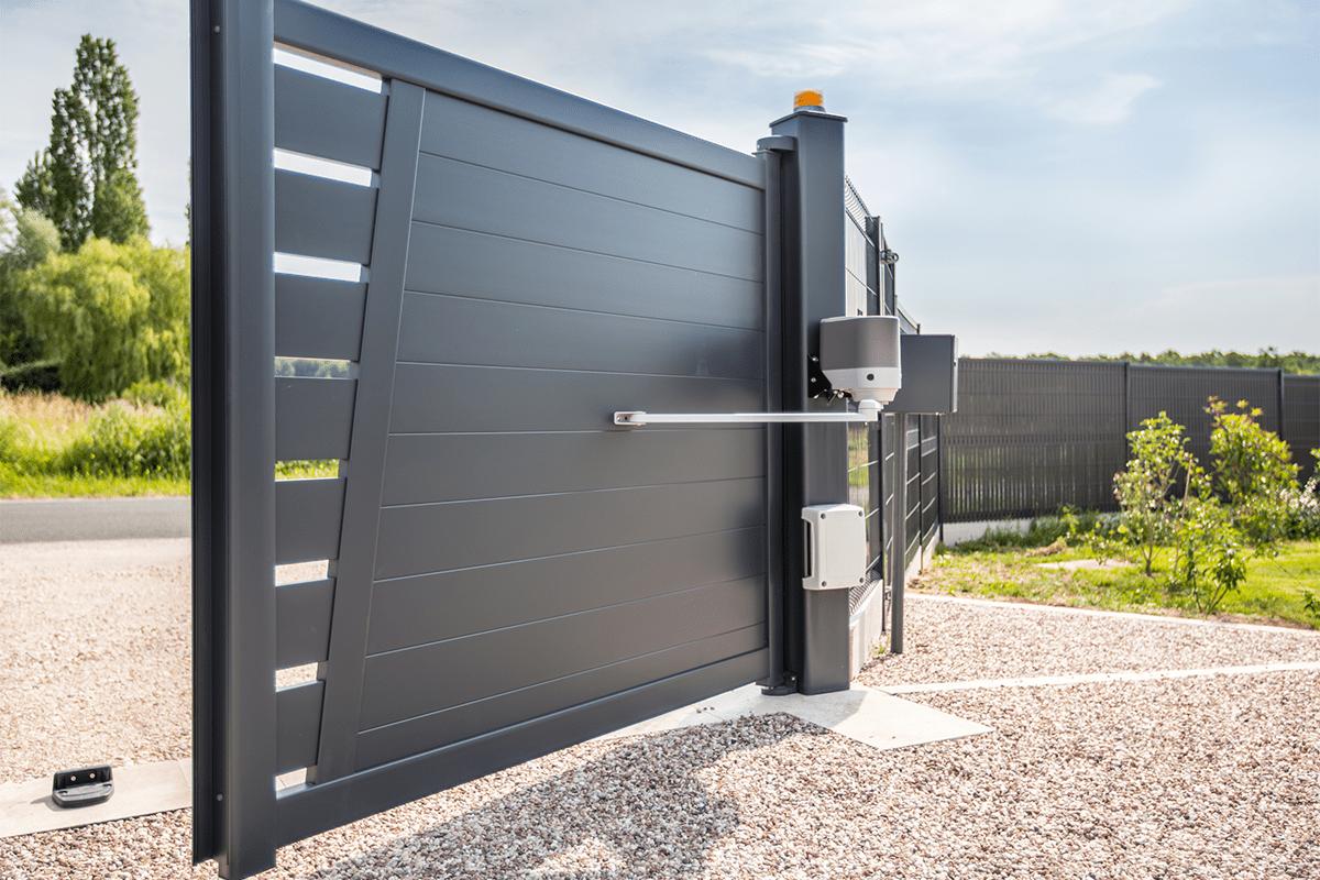 Portail battant Guel avec motorisatio, gamme aluminium contemporain