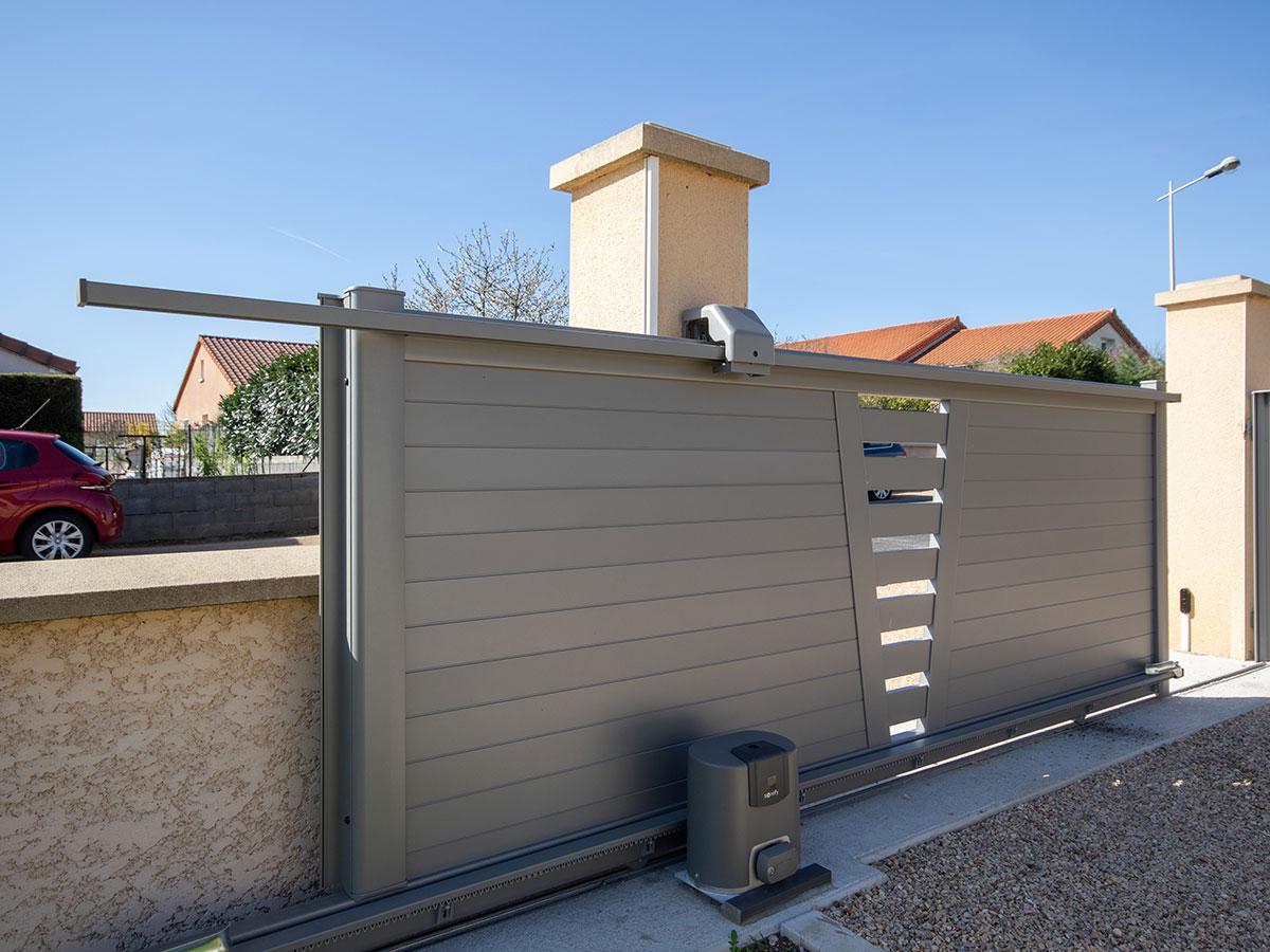Portail coulissant en aluminium Guel semi-plein RAL 7016